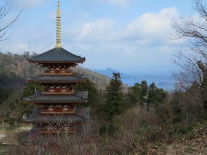 А недалеко от храма высится пагода. И... совсем новая. Построена в 2005 году. И почему бы и да! Тем более она весьма органично вписалась в пейзаж.