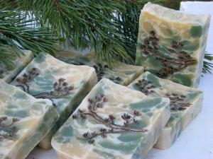 Сосновый бор. Мыло, обладающее превосходными бактерицидными и заживляющими свойствами. А все благодаря удивительному природному компоненту – сосновой живице. Пахне мыло композицией из эфирных масел сосны, кедра и можжевельника. Оно не только прекрасно подлечит ранки и трещинки, но и увлажнит кожу. Мыло можно использовать для бани, дополнительно получив сеанс ароматерапии, а можно пользоваться им каждый день.